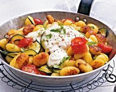 Das Rezept für Gnocchi-Zucchini-Pfanne mit Feta-Cracker-Dip und weitere kostenlose Rezepte auf LECKER.de