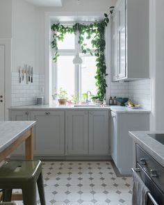 〚 Bright and lively home in the 1910 building in Malmo 〛 ◾ Photos ◾Ideas◾ Design Kitchen Time, Diy Kitchen, Kitchen Dining, Kitchen Cabinets, Brown Kitchens, Home Kitchens, White Kitchen Decor, Simple House, Kitchen Styling