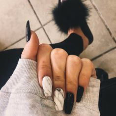 Marble acrylic nails are very popular this year, and manicure styles similar to marble texture are also popular this year. This rare and temperamental marble nail really makes people feel beautiful and fashionable. Marble nails have a good texture. New Year's Nails, Fun Nails, Hair And Nails, Best Nails, Nails 2016, Marble Acrylic Nails, Cute Acrylic Nails, Black Marble Nails, Matte Black