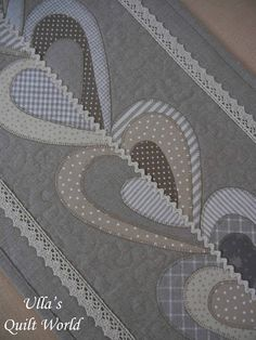 corazones - Ulla's Quilt World: Table runner and carpet for the rocking chair, quilt