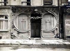 Devanture de la maison Au Moulin, 16, rue Blondel (2e) aux courbes et au décor floral Art nouveau.