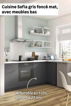 La cuisine, c'est un endroit familial et chaleureux, on y passe du bon temps et on aime qu'elle soit ordonnée. La cuisine en L Sofia, dotée de 4 meubles bas dont un d'angle avec rangement intégré et un pour intégrer un four, vous aidera à vous organiser au quotidien. Sa couleur gris foncé mat peut se marier très facilement avec une crédence et un plan de travail blancs ou en bois clair. Decor, Open House Nyc, Wicker Floor Lamp, Kitchen Shelves, Kitchen, Interior Design, Home Decor, Upper Cabinets, Emily Henderson