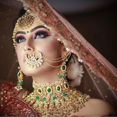 Bridal nath ideas with a style statement for 2019 brides! Bridal nath ideas with a style statement for 2019 brides! Bridal Poses, Bridal Photoshoot, Bridal Shoot, Bridal Portraits, Indian Photoshoot, Indian Wedding Makeup, Indian Wedding Bride, Indian Bride Poses, Wedding Veils
