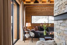 〚 Swiss chalet with stylish and cozy urban design 〛 ◾ Photos ◾Ideas◾ Design Swiss Chalet, Roman Shades, Urban Design, Cozy, Windows, Curtains, Interiors, Home Decor, Houses