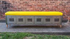 He encontrado este interesante anuncio de Etsy en https://www.etsy.com/es/listing/184345330/vintage-brushed-steel-locker-bench