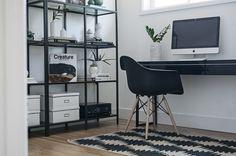 Een opgeruimd kantoor is een absolute must voor je productiviteit. Een van de stijlvolste manieren om dat te bereiken? Een open kast in de home office!
