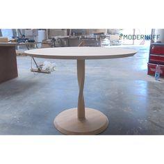 Czas na obrady okrągłego stołu! :) Zakręcona jest również noga tego mebla. Wolicie okrągłe czy prostokątne stoły?