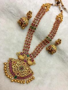 Fearsome Jewelry necklace chunky,Jewelry earrings mom and Minimalist jewelry rings. Indian Wedding Jewelry, Bridal Jewelry, South Indian Jewellery, Indian Weddings, Indian Bridal, Gold Jewellery Design, Gold Jewelry, Antique Jewellery, Dainty Jewelry