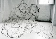 Esculturas de alambre que parecen garabatos, por David Oliveira