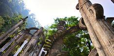 En lo más alto de la Huasteca Potosinase encuentra un poema en verde con al agua verdeazulada que cae desde las alturas hacia las Pozas con cuevas fantásticas que te cuentan sus historias y con construcciones surrealistas que dan rienda suelta a la imaginación, en medio de un paraíso verde que en primavera se llena de mariposas que llenan los paisajes de una fiesta multicolor: es el Pueblo Mágico de Xilitla.