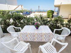 Von der Terrasse aus sind es nur wenige Schritte bis zum Strand. Komfortable und gemütliche Ferienwohnung mit Meerblick im sonnigen Sizilien.