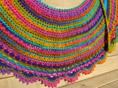A colorful Crescent Shawl, done by Karin aan de haak! Free pattern diagram here ~ http://mirincondecrochet.wordpress.com/2012/07/17/un-toque-de-distincion/ #crochet