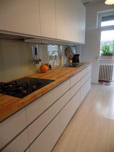 graue Wandfarbe, Arbeitsplatte in Holzoptik und weiße Fronten ... | {Arbeitsplatte holzoptik 24}
