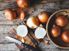 Onions are a staple in kitchens around the world and packed with nutrients and plant compounds with powerful health effects. Here are 9 impressive health benefits of onions. Food Network, Energy Drinks, Storing Onions, Onion Benefits Health, Troubles Digestifs, Stuffed Mushrooms, Stuffed Peppers, Nutrition, Recipe Please