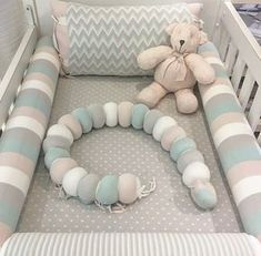 Best 12 Different crib kit: unconventional decoration – – Carla Mateuzzo – – Kit berço diferente: decoração fora do convencional – The crib kit is one of the most sought after items for the baby's outfit. Baby Bedroom, Baby Room Decor, Baby Cot Bumper, Crib Bumpers, Blog Bebe, Nursery Crib, Baby Crib Bedding, Baby Nest, Crib Sets