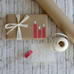 So geht's: Vor dem Verpacken mit weißer Bastelfarbe und einem Stempelschwamm Punkte auf's Papier tupfen (für kleinere Punkte ist auch ein Korken prima). Gut trocknen lassen, einpacken. Hübsch dazu sieht weißes Schleifenband aus Bast aus.