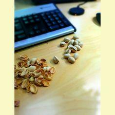 Spuntino salutare! I pistacchi sono ricchi di vitamina A, B1 (o tiamina), B2, B3, B5, B6, C ed E oltre a ferro, fosforo e manganese, potassio, rame. Ottimi alleati contro i malanni di stagione! #ammfruit #pistacchi #salute #facciamocibene  #snack