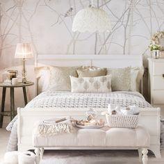Schlafzimmer in weiß wanddeko vögel beige akzente
