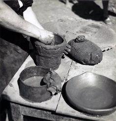 Manos alfareras, levantado una pieza por la técnica del urdido, se levanta la pieza por el añadido sucesivo de churros de barro.