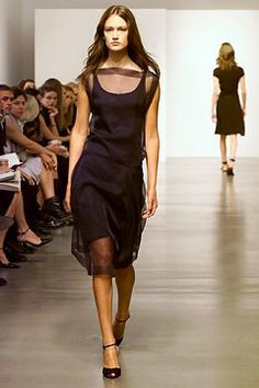 Calvin Klein Collection Spring 2002 Ready-to-Wear Fashion Show - Zoe Hawkins, Calvin Klein Calvin Klein Collection, Classic Chic, Fashion Show, Fashion Design, Ready To Wear, Vogue, Celebs, Formal Dresses, Spring