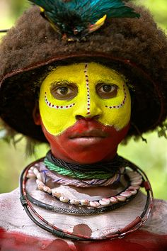 Tribu Huli en el Sing Sing de Paiakona, Papua, New Guinea Tribes Of The World, We Are The World, People Around The World, Cara Tribal, Tribal Art, Tribal Face Paints, Arte Plumaria, Tribal People, African Tribes
