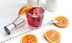Simplemente con unos hielos y una rodajita de naranja resulta delicioso. Pero además, el vermut puede ser ingrediente de los combinados más sabrosos y sofisticados. Te ofrecemos tres ejemplos para que aprendas a prepararlos en tu propia casa.