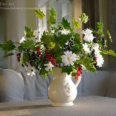 Букетик с красной и черной смородиной и ромашками. #ручнаяработа #лепка #цветы #цветыизглины #цветочнаякомпозиция #vkpost #handmade #polymerclay #clayflowers