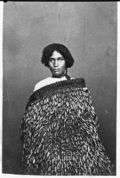 Unidentified Maori woman wearing a pihepihe (a dress cape with cylindrical tags of flax), circa probably taken by Samuel Carnell in his Napie. Flax Weaving, Maori People, Polynesian Art, Maori Art, Weaving Techniques, First Nations, My People, Wearable Art, New Zealand