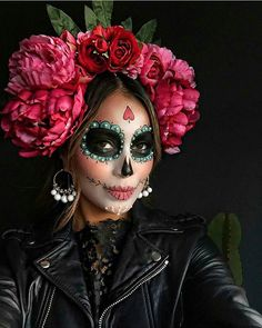 """Unicorns and Co .: These are the coolest Halloween costumes 2 Einhörner und Co.: Das sind die coolsten Halloween-Kostüme 2016 The figure """"La Catrina"""" actually comes from Mexico – as a costume it is not only cool, but also quite fashionable. Costume Halloween, Happy Halloween, Halloween Makeup Looks, Halloween 2016, Halloween Makeup Sugar Skull, Pretty Halloween, Sugar Skull Costume, Scary Halloween, Halloween Crafts"""