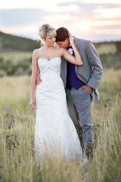 Vackert bröllopsfoto, eller hur? Enkelt och inte så uppställt - precis som man vill ha det! // Beutiful yet relaxed wedding photo
