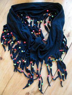 Maak een sjaal van je oude t-shirt! http://dinazdesign.blogspot.nl/2012/07/recycle-sjaal.html?m=1: