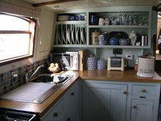 Have you been thinking about building your own boat, but think it may be too much hassle? Don't give up on your dream just yet! It is true that boat plans can be pretty complicated. Narrowboat Kitchen, Narrowboat Interiors, House Boat Interiors, Canal Boat Interior, Houseboat Living, Houseboat Decor, Pontoon Houseboat, Houseboat Ideas, Cocinas Kitchen
