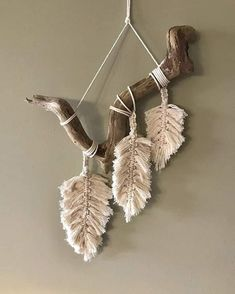 Wonderful Pics Macrame Patterns feather Strategies Discover everything you should recognize to create breathtaking macrame projects. Driftwood Macrame, Macrame Art, Macrame Projects, Driftwood Projects, Feather Wall Art, Yarn Wall Art, Macrame Wall Hanging Patterns, Macrame Patterns, Art Macramé