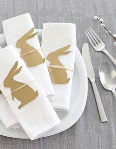 La table de Pâques a été customisée grâce à des petits lapins en papier
