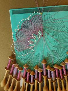 Sewing Projects, Projects To Try, Bobbin Lacemaking, Bobbin Lace Patterns, Yarn Crafts, Diy Crafts, Lace Heart, Lace Jewelry, Needle Lace