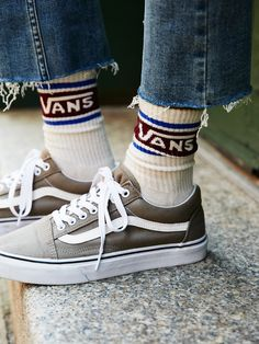 these retro-inspired athletic crew socks feature contrast coloring and a Vans logo.