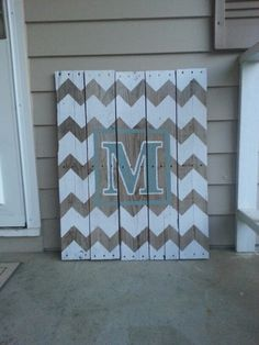 Front porch decor I made from old pallets. Can't get enough of the chevron pattern! http://www.pinterest.com/RusticFarmhouse/pumpkin-ideas/ Visit & Like our Facebook page! https://www.facebook.com/pages/Rustic-Farmhouse-Decor/636679889706127