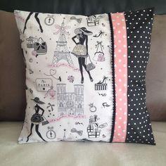 """Housse de coussin chic et retro """"la parisienne"""" N°5 et tissus noir et rose à pois : Textiles et tapis par nymeria-creation"""