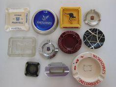 Lot van elf asbakken  glas, emaille,  aluminium, aardewerk, en metaal - 20e eeuw .