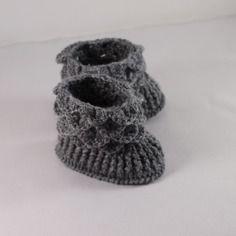 Chaussons bébé tricotés main gris anthracite ,personnalisables