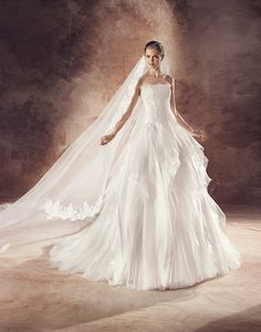 Introducing our Avenue Diagonal 2016 Collection by Pronovias. Exclusive designer wedding dresses for all our trendy/chic brides. Lovely Dresses, Beautiful Outfits, Vintage Dresses, Pirate Wedding, Handfasting, Dress Suits, Designer Wedding Dresses, Bridal Gowns, Marie