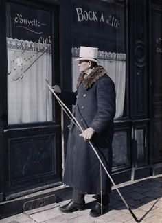Portrait d'un cocher devant le restaurant Gauthier à Reims  Description :  Titre série : Autochromes de la guerre 1914-1918, département de la Marne  Auteur :  Castelnau Paul (1880-1944)Opérateur de l'armée