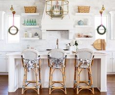 The accessories in this kitchen really make the space! Beautiful job, @heatherfujikawa! 📷: @_heather_moore