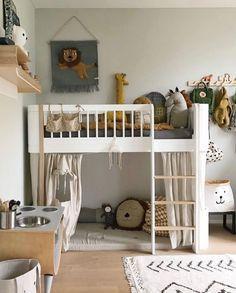 Mini hoogslaper voor op een kleine kinderkamer. Ondanks het kleine formaat heeft, is het bed voor kids nog steeds royaal en kunnen ze er fijn in slapen. Onder het bed is er ruimte voor een knusse speelplek. Met een gordijn, welke apart verkrijgbaar is, maak je er een huis tent annex schuil of verstop plek van. #oliverfurniture #slaapkamer #jongen Baby Bedroom, Girls Bedroom, Boy Room, Kids Room, Kids Interior, Low Loft Beds, Big Beds, Childrens Beds, Cozy Bed
