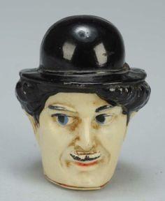 Charlie Chaplain Full Body Figural Tape Measure. // Très intéressant!  Il s'agit d'un galon à mesurer dissimulé à l'intérieur de la figurine.  Tête de Charlie Chaplin (porcelaine ou celluloïd ou bakelite ????).  Galon escamotable à enroulage sur ressort.