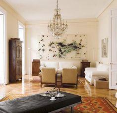 Al igual que su piso, el salón de la galerista está lleno de arte.