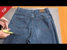 Elle coupe la bande de ceinture d'une vieille paire de jeans, et la se transforme en ça ! Brillant! - C'est fait maison !