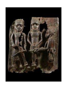 Magnifique pièce fin XVII ème, début XVIII ème. Le Royaume de Bénin, au sud de l'actuel Nigeria, est réputé pour ses magnifiques bronzes et ses sculptures en ivoire.  Ces oeuvres constituent l'un des plus grands trésors de l'humanité et figurent parmi les pièces maîtresses des musées du monde entier. Le palais de l'Oba, où se trouvaient les somptueux sanctuaires royaux, était considéré comme le centre de la capitale et du royaume.