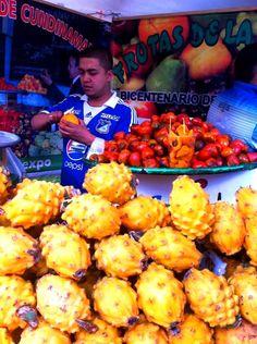 Colombia - Pitaya y Chontaduro, frutas tropicales.