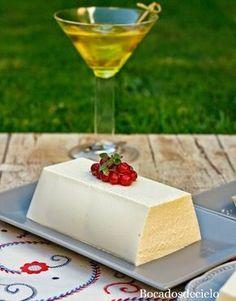 Este mouse de queso de cabra es un entrante perfecto para cualquier comida especial de estas Navidades. Aunque predomina el sabor c...